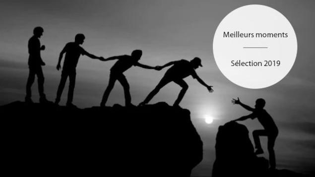 Un groupe de personne tendent la main afin d'aider une personne à gravir une montagne.