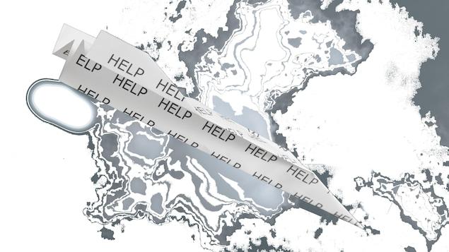 Un avion en papier sur lequel il est écrit «à l'aide» semble sur le point de s'écraser sur la toundra.