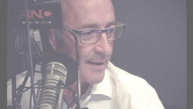Dominique Frégault devant un micro de radio.