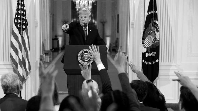Trump s'adresse aux journalistes, lors des élections de mi-mandat.