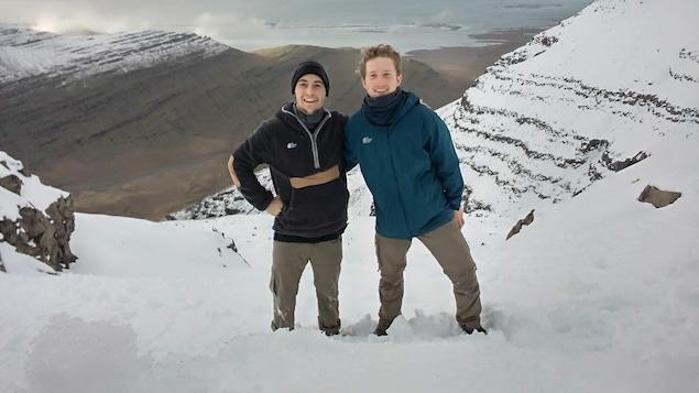 Félix Desbiens et son ami Finn dans les montagnes d'Islande.