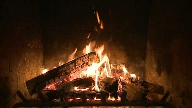 Des bûches enflammées dans un foyer