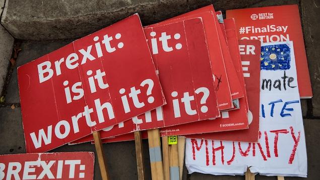 Des pancartes où l'on pose la question à savoir si le Brexit en vaut la peine...