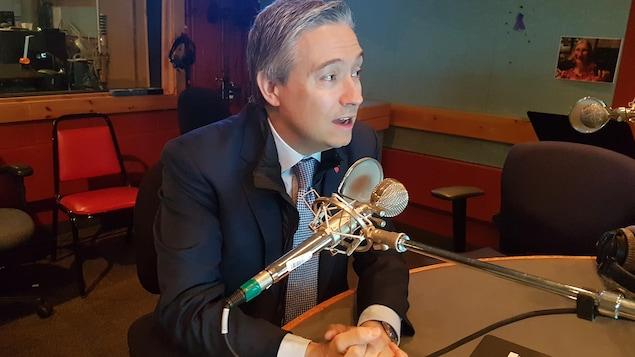 François-Philippe Champagne, ministre fédéral de l'infrastructure et des Collectivités, en studio à Radio-Canada Côte-Nord