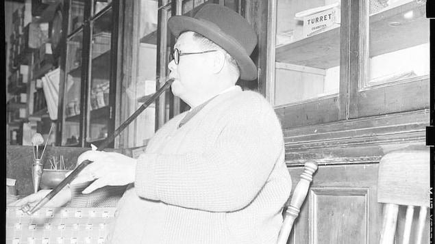 Un homme fume l'opium à Montréal, vers 1940.