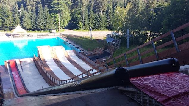 Des rampes de ski acrobatique transformées en glissades d'eau