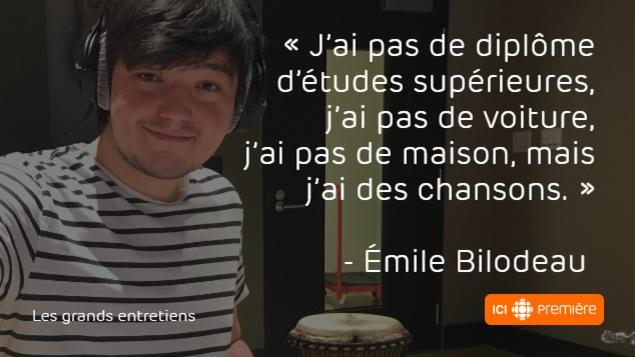 Montage du visage d'Émile Bilodeau, accompagné de la citation : « J'ai pas de diplôme d'études supérieures, j'ai pas de voiture, j'ai pas de maison, mais j'ai des chansons. »