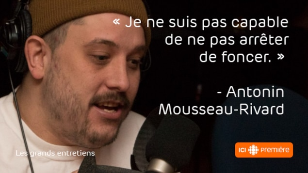 Montage du visage d'Antonin Mousseau-Rivard au micro de Radio-Canada, accompagné de la citation : « Je ne suis pas capable de ne pas arrêter de foncer. »