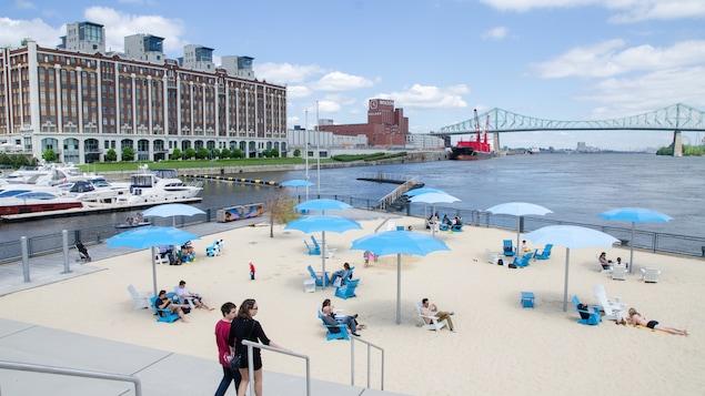 Des citoyens profitent de la plage urbaine située devant la tour de l'Horloge.