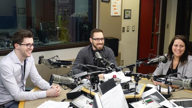 Trois invités sont au micro d'une émission de radio.