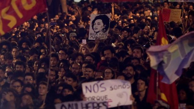 Des centaines de manifestants sont descendus dans les rues de Rio Janeiro après l'assassinat de la militante Marielle Franco.