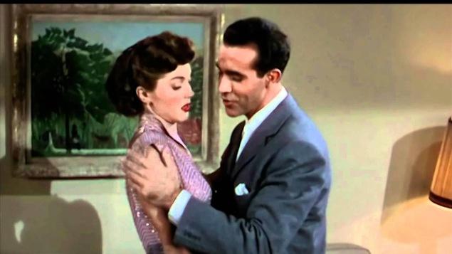Ricardo Montalban tient les épaules d'Esther Williams, qui semble vouloir reculer.