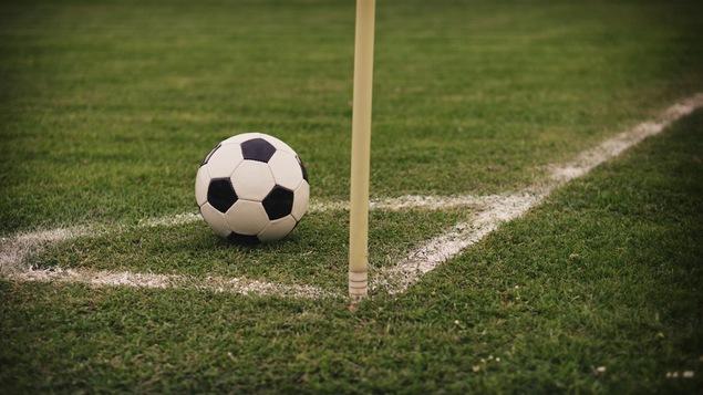 Un ballon de soccer sur le terrain