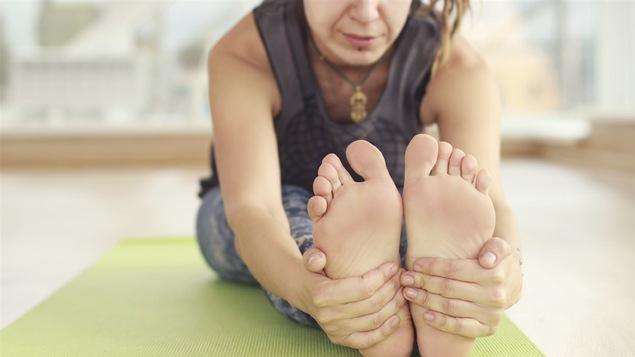 Une femme pratique le yoga.