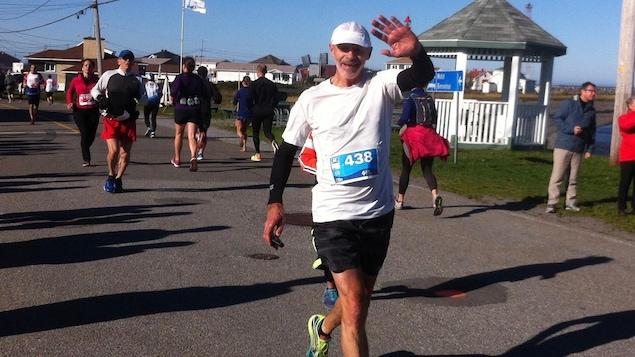 Hervé Leblanc est photographié durant le marathon de Rimouski