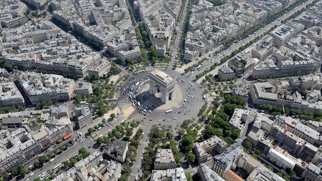 Photo aérienne détaillée montrant une partie de Paris en été. Les voitures ont la taille d'un grain de riz.