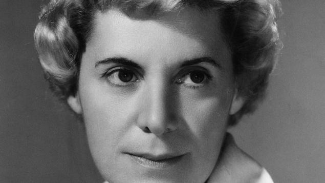 Photo en noir et blanc d'une jeune femme.