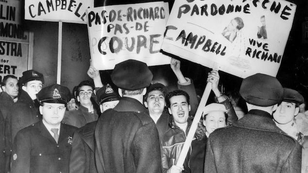 Des partisans du Canadien de Montréal manifestent contre la suspension de Maurice Richard, le 17 mars 1955.
