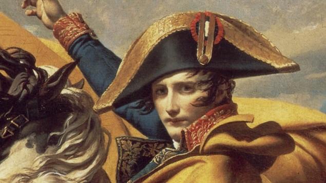 Napoléon Bonaparte porte son célèbre chapeau sur un cheval.