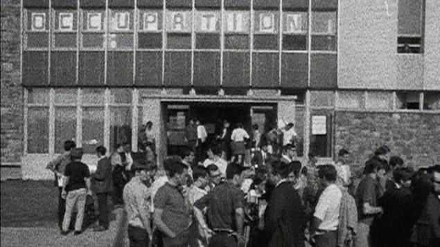 Des jeunes manifestent devant le Collège de Maisonneuve durant la grève étudiante de 1968.