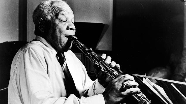 Photo en noir et blanc d'un saxophoniste.