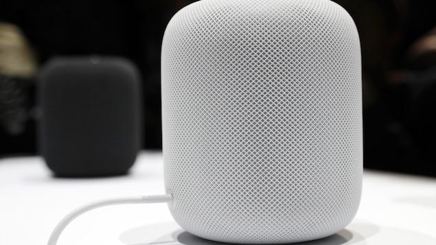 Un haut-parleur HomePod de la compagnie Apple se trouve sur une table lors du dévoilement du produit.