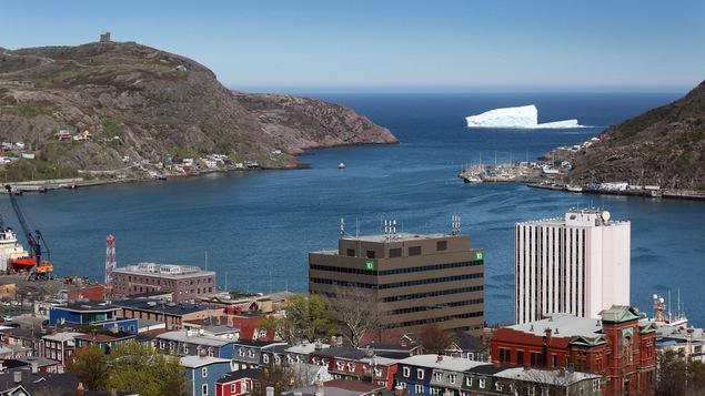 Un iceberg se profile au large de la ville de Saint-Jean de Terre-Neuve.