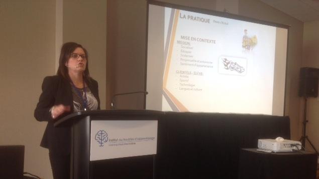 Isabelle Ross, enseignante à Pessamit, donnant une conférence lors du congrès de l'Institut des troubles d'apprentissage à Montréal