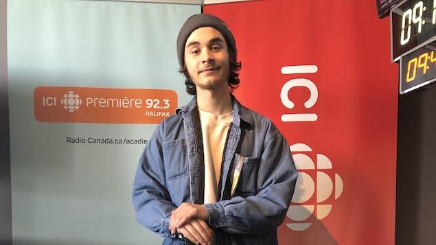 Jacques Surette, dans le studio de Radio-Canada, à Halifax, avec son banjo.