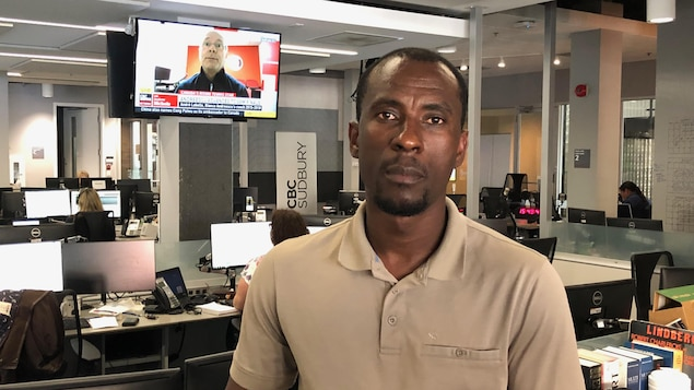 Moïse Zahoui dans la salle des nouvelles de Radio-Canada à Sudbury