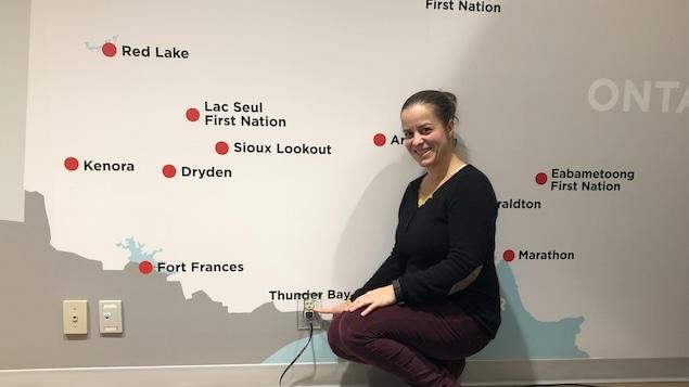 Audrey Debruyne pointe Thunder Bay sur une murale de la carte du nord-ouest de l'Ontario