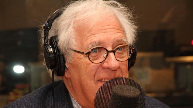 L'homme porte un casque et parle dans un micro.