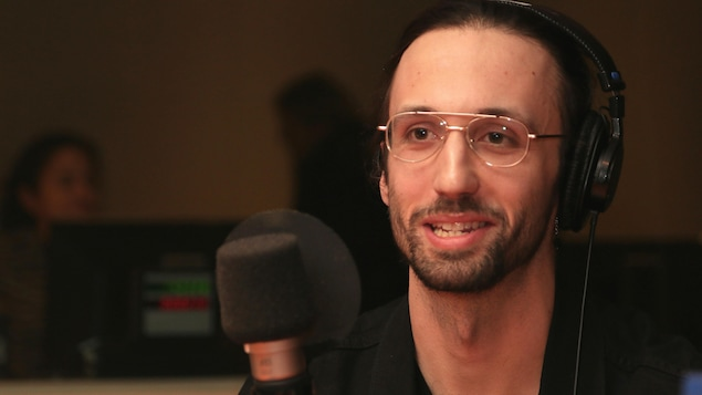 Julien Guy-Béland s'exprimant dans un studio de radio.