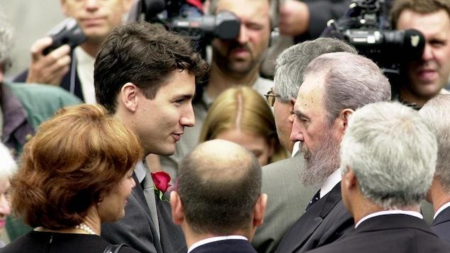 Fidel Castro a offert ses condoléances à Justin Trudeau, lors des funérailles de Pierre Trudeau, le 3 octobre 2000.