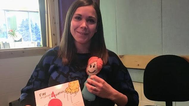 Karine Lizotte, auteure du livre Fay et l'attaque à 4 pattes en studio à Radio-Canada Côte-Nord