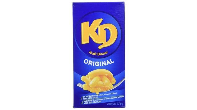Un boîte bleue en carton sur laquelle on voit une image de macaroni au fromage.