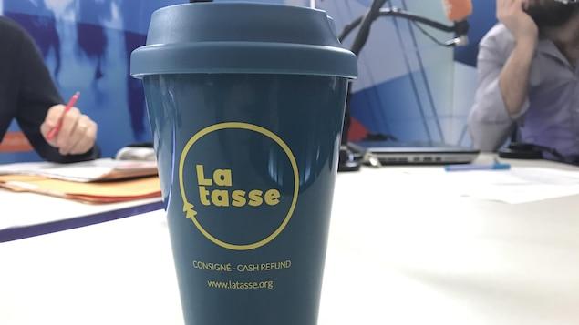 Le gobelet La tasse, réutilisable et consigné.