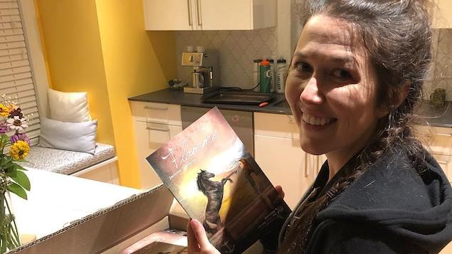 Jacinthe Trépanier avec son troisième roman en main