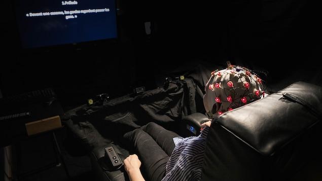 Julianne Chenier regarde un opéra dans un fauteuil D-BOX.