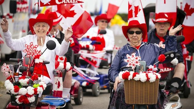 Deux personnes âgées marchent pour la fête du Canada.