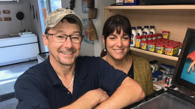 Bernard et Linda Lanteigne devant le comptoir de leur commerce