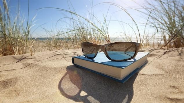 Un livre sur le sable d'une plage