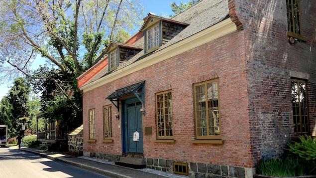 Une résidence en briques rouges.