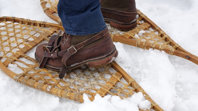 Les pieds de quelqu'un en raquette.