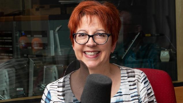 Chantal Lamarre est tout sourire dans le studio d'enregistrement.