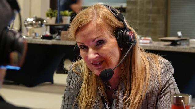 La femme avec un casque d'écoute sur la tête, en entrevue, durant le congrès de la francophonie albertaine 2019