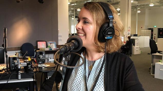 Lina Verchery, souriante, au microphone du Réveil.