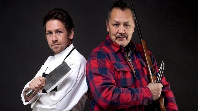 Un chef anglais tient un couteau et un chef autochtone tient une carabine.