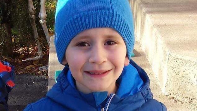 Louka Fredette, un enfant de six ans disparu, porte une tuque et un manteau d'hiver.