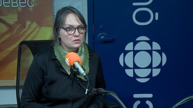 L'artiste Luce Pelletier explique dans un studio radio sa démarche derrière l'oeuvre Vivre Ensemble en hommage aux victimes de l'attentat de la Grande Mosquée de Québec.
